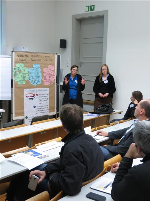 """Caroline Paulick-Thiel (nextlearning e.V.) und Franziska Dittmer (Alanus Hochschule) präsentieren die Ergebnisse der Arbeitsgruppe zum Thema """"Mitarbeiter-Beteiligung, Unternehmenskultur und Innovationsmanagement""""."""