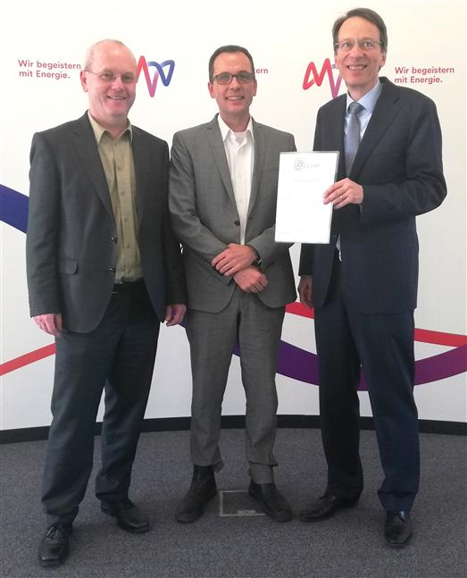 B.A.U.M.-Vorstandsmitglied Dieter Brübach (l.) hieß bei seinem Begrüßungsbesuch den MVV-General-bevollmächtigten Dr. Christoph Helle (r.) und den MVV-Programmleiter Nachhaltigkeit, Dr. Christoph Onischka, herzlich bei B.A.U.M. willkommen.