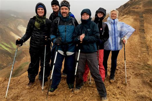 Auch ohne hohe Gipfel bringt das Wandern im Hochland von Island einmaliges Gipfelgefühl – wie hier im Geothermalgebiet Hveradalir, wo die Erde dampft. (Foto: Claudia Kerns)
